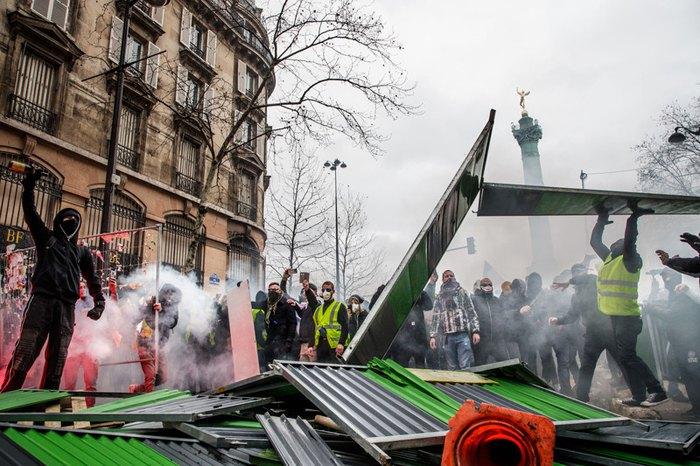 Стычки протестующих и полиции на Площади Бастилии во время акции «Желтых жилетов» , Париже, 26 января 2019.