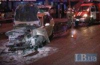 У Києві на Гетьмана таксист протаранив дві машини і на трьох колесах врізався у стовп