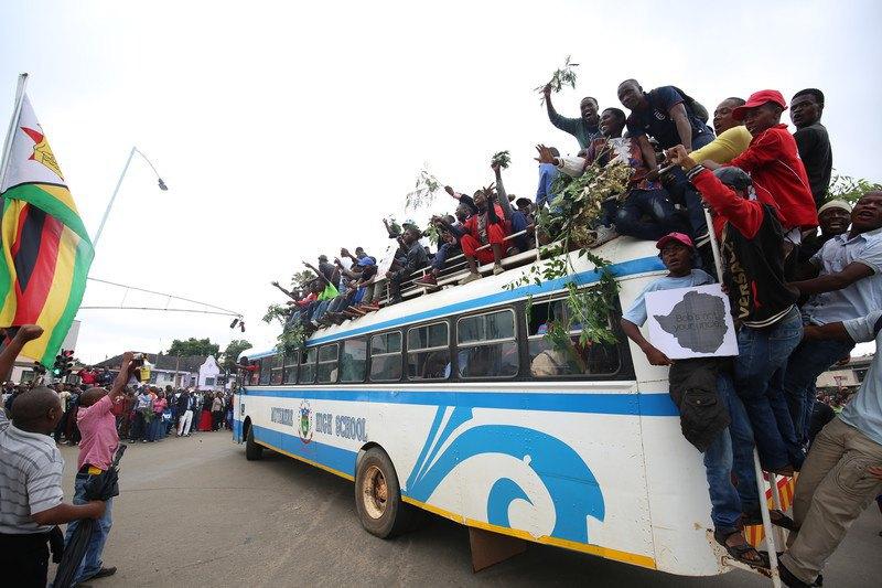 Президентский кортеж покинул резиденцию вХараре без Мугабе