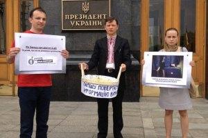 Журналисты принесли Януковичу корзину с лапшой