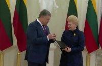 """Порошенко подарував Грибаускайте """"Луцький список"""" Другого Литовського Статуту"""
