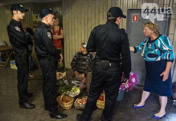 Полицейские пытаются разогнать стрихийных торговцев на Осокорках