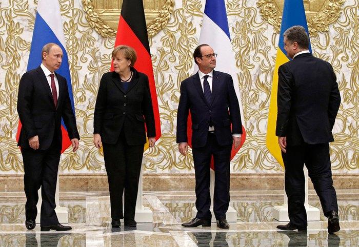 Справа-налево: президент Украины Петр Порошенко, президент Франции Франсуа Олланд, канцлер Германии Ангела Меркель и президент РФ Владимир Путин во время переговоров в Минске, Беларусь, 11 февраля 2015.