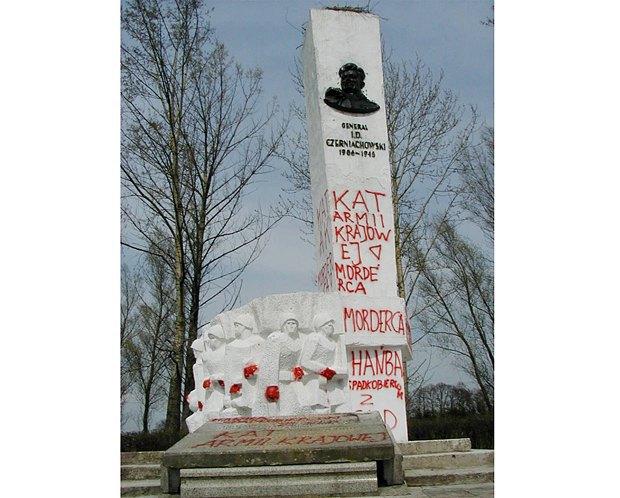 Пам'ятник генералу червоної армії Івану Черняховському у Варшаві (зараз демонтований)