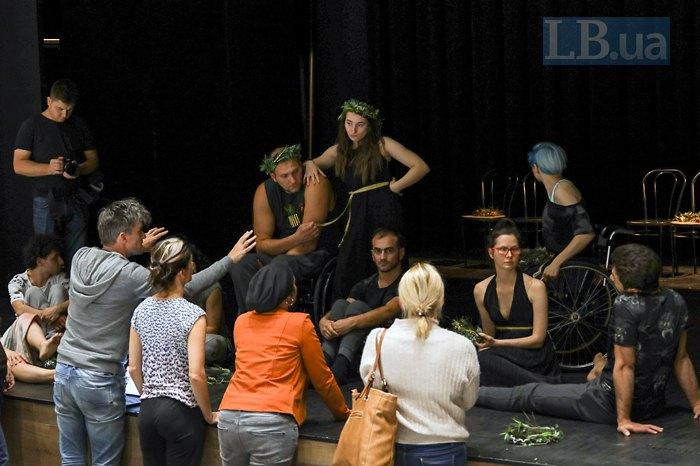 Актори вистави «Аргонавти» спілкуються з постановником Беном перед генеральною репетицією