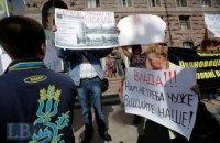 Киевляне протестуют против строительства бизнес-центра на территории школы
