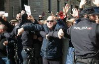 В Мадриде протестующие пенсионеры заблокировали вход в парламент