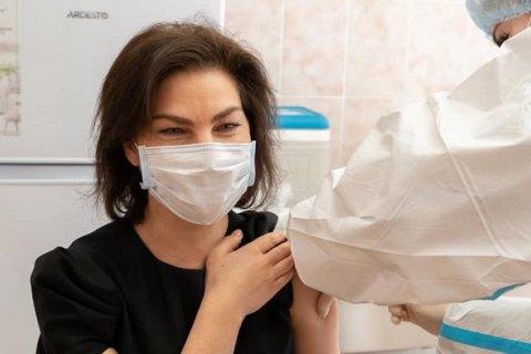 В Украине началась вакцинация прокуроров против ковида препаратом Sinovac