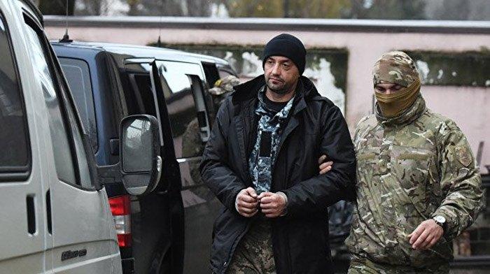 Сотрудники ФСБ РФ сопровождают задержанного украинского моряка после заседания суда, г. Симферополь