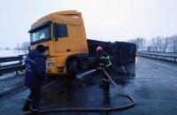 На Одеській трасі перекинулася вантажівка з кукурудзою, рух обмежено