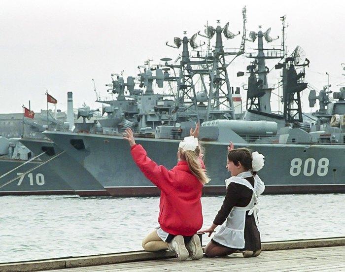 Дівчатка граються на пірсі біля кораблів радянського Чорноморського флоту в Севастополі, квітень 1992 року.