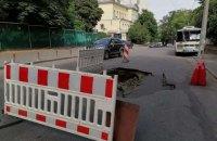 У центрі Києва на Лютеранській провалився асфальт