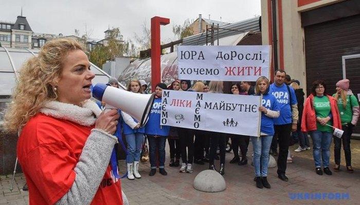 Родственники пациентов с орфанними болезнями требуют от Министерства финансов Украины увеличить финансирование государственных программ лечения на 1,3 миллиарда гривен.