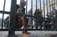 Нардеп Парубий разрезал электропилой забор возле Рады