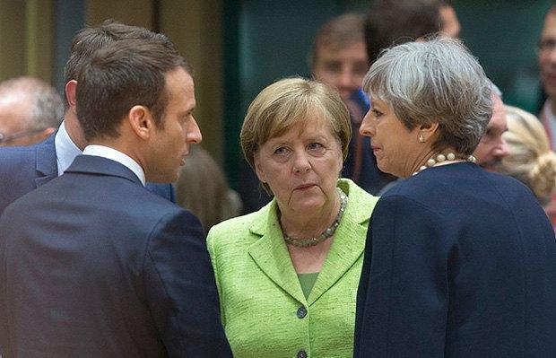 Президент Франции Эммануэль Макрон, канцлер Германии Ангела Меркель и премьер-министр Великобритании Тереза Мэй перед заседанием Европейского совета, Брюссель, 22 июня 2017.