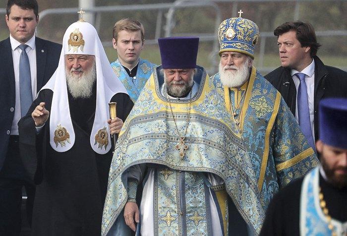 Патриарх Московский Кирилл (второй слева) и глава БПЦ Митрополит Павел (второй справа) перед богослужением в Храме Всех Святых в Минске, Беларусь, 14 октября 2018.