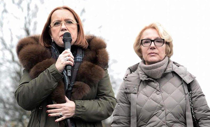 Анна і Олена Конєви на мітингу біля пам'ятника діду в грудні 2017