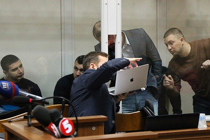 Адвокат Стефан Решко показує своїм підзахисним матеріали справи