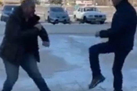 У Сєвєродонецьку помічник Богуцької побився з місцевим депутатом біля міськради