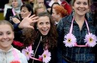 В Киеве несколько тысяч женщин боролись против рака груди, танцуя в бюстгальтерах