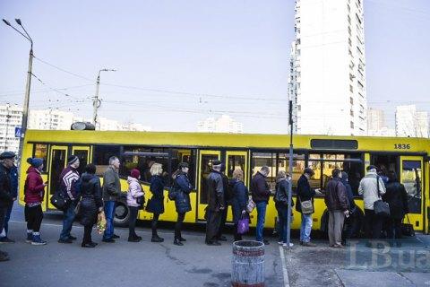 Кабмин разрешил перевозить больше 10 человек в общественном транспорте