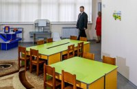 Порошенко приехал на открытие детского сада в поселке у Мариуполя