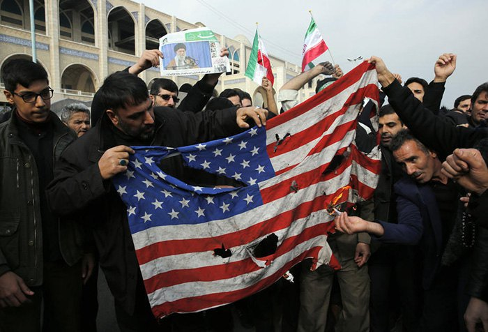 Иранцы жгут и рвут флаг США после уничтожения Сулеймани