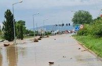 На півдні Польщі через сильні зливи річка вийшла з берегів і затопила трасу