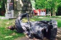 В Киеве снесли три советских памятника
