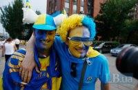 Фанати зібралися під стадіоном підтримати збірну Україну