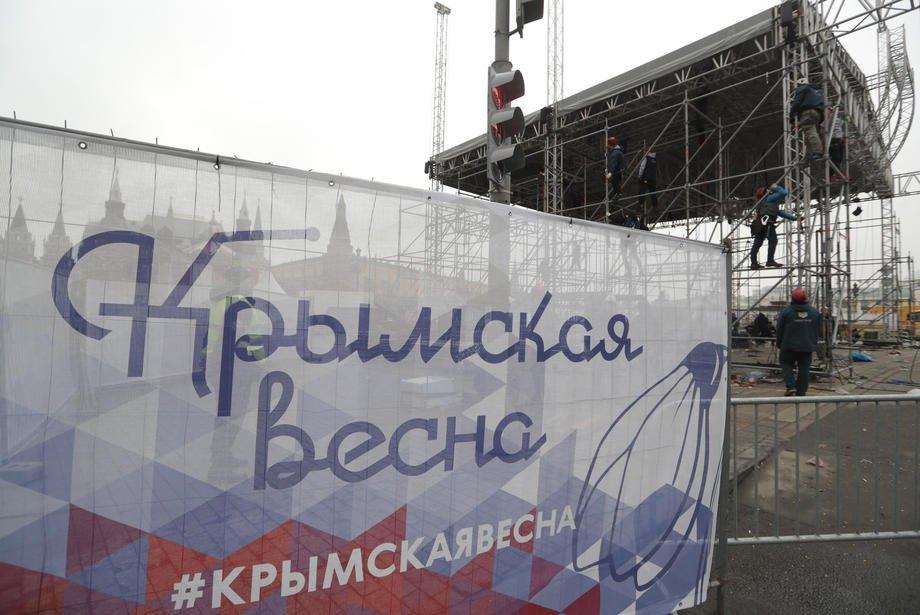 Рабочие разбирают сцену после фестиваля 'Крымская весна' перед Кремлем в Москве, 11 марта 2020 г