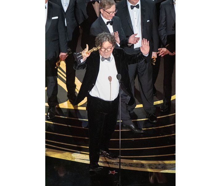 Чарльз Б. Весслер вместе с актерами и съемочной группой «Зеленой книги» c «Оскаром» за лучший фильм