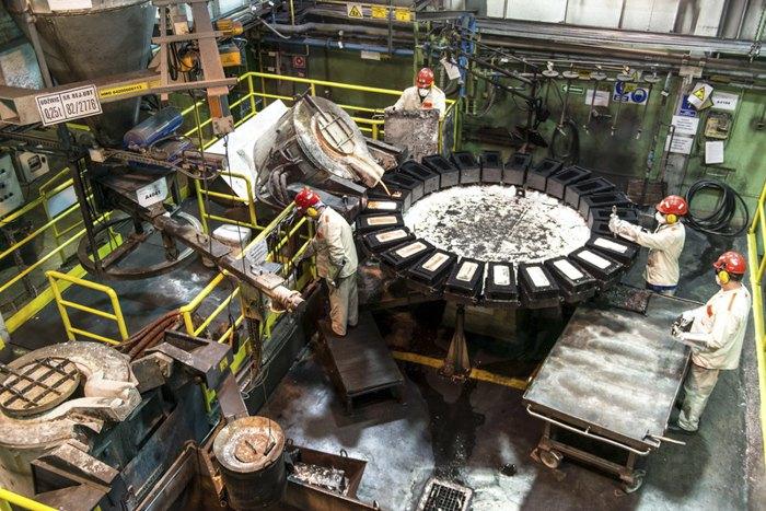Рабочие отливают серебро в слитки весом 30 кг на плавильном заводе в Глогуве, Польша, 27 ноября 2017.