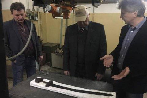 Два древних меча передали на исследование в институт Патона