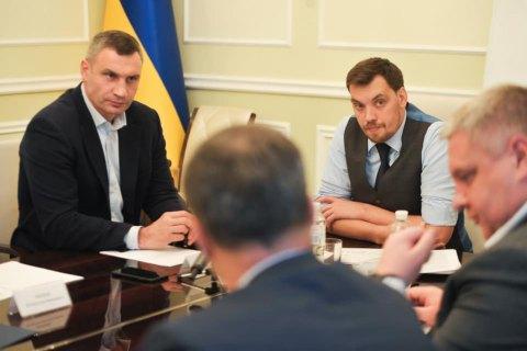 """Гончарук зібрав нараду через """"шпаківню"""" на даху будинку на Майдані"""