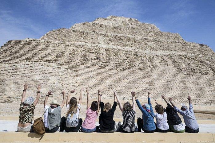 Туристи фотографуються біля пірамід Гізи, Єгипет, 05 березня 2020 року.
