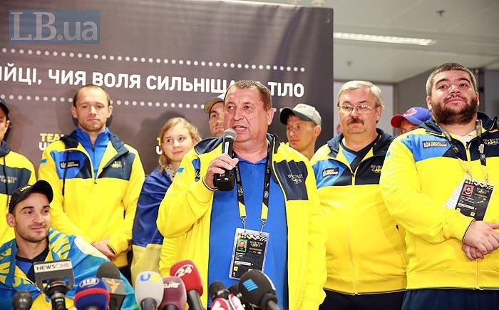 В центре тренер команды Евгений Мазур