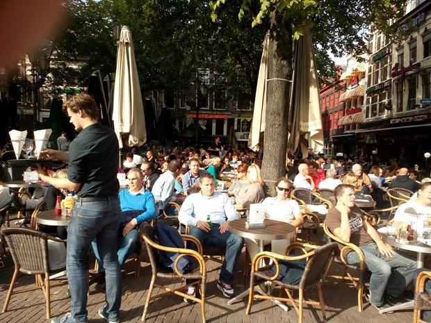 На площади Лейдсплейн много уличных кафе