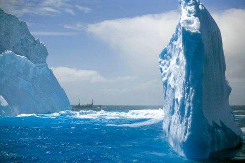 Від Антарктиди відкололися два величезні шматки шельфу
