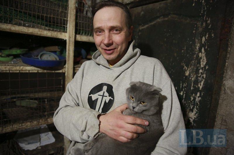 У Евгения Ткачева дома большое хозяйство - цыплята, кролики, свиньи, коровы, собака и три кота