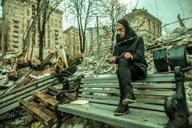 Петр Павленский на фоне своей баррикады
