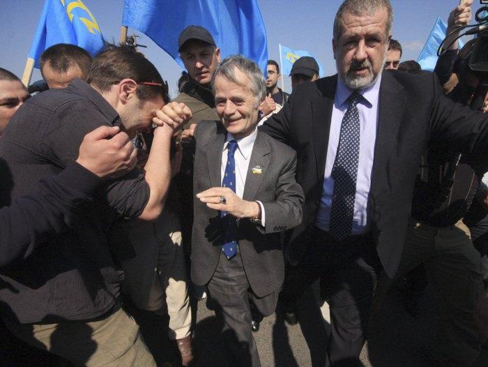 Мустафа Джемилев и Рефат Чубаров во время марша, 3 мая 2014 года