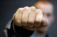 """В маршрутке на """"Лесной"""" в Киеве мужчина ударил полицейскую кулаком в лицо за отказ в """"ухаживании"""""""