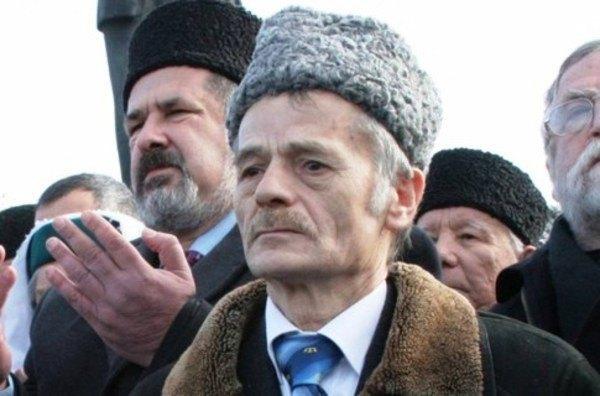 И тот, и другой являются депутатами официальных украинских советов. Джемилев (на первом плане) — депутат Верховной Рады Украины. Чубаров (левее на втором плане) — депутат Верховного Совета Крымской автономии.