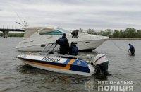 На Дніпрі в Києві на мілину сіла яхта