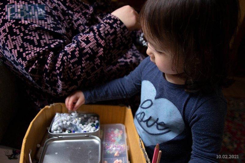 Ханіфа грається намистинками