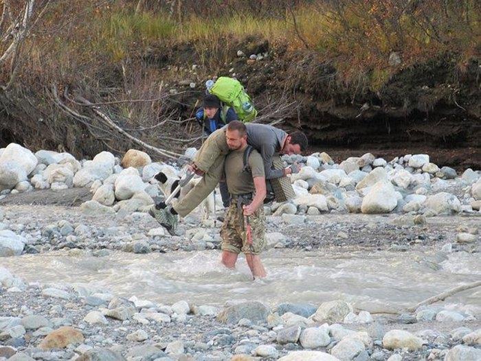 Віталій Дячук допомагає Сергію Романовському перейти річку