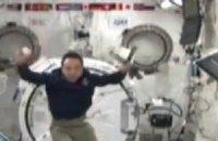 Японский астронавт показал всему миру бейсбол в невесомости