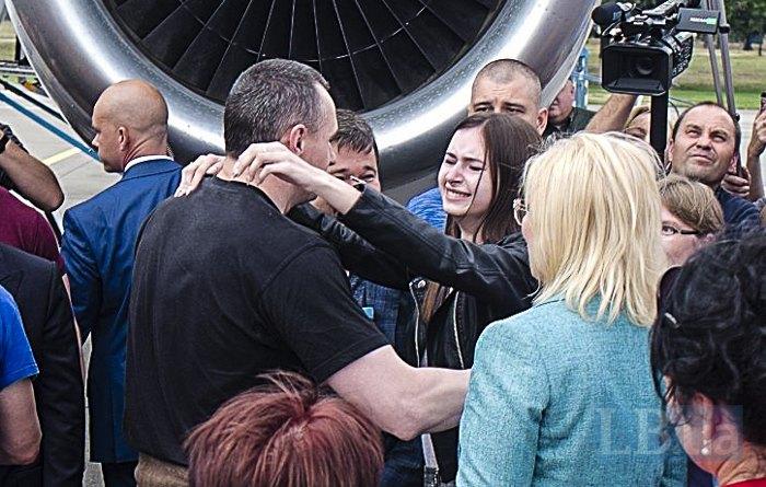 Олег Сенцов обіймає доньку