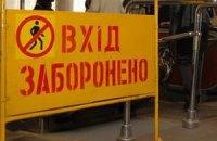"""На """"Шулявской"""" поломали эскалатор, вставив между ступеньками два ножа (обновлено)"""